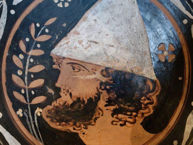 pileatus pe un vas grecesc